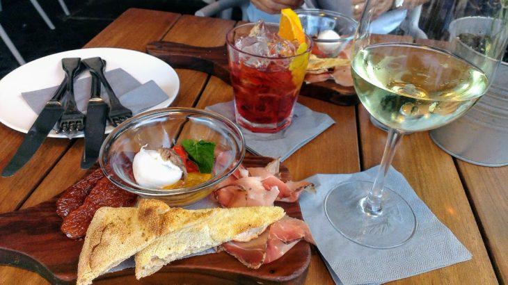 生ハムと白ワインでアペリティーボ