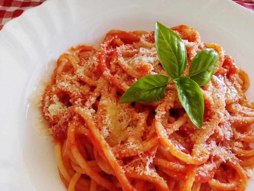 トマトソースのスパゲッティ、上にバジリコの葉がのっていて、イタリア国旗の色