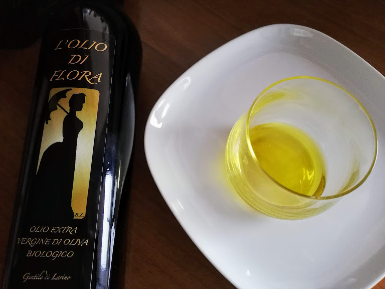 オリオ・ディ・フローラとテイスティンググラス